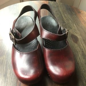 Dansko Burgundy Ankle Strap Clogs Shoes Sandals 39